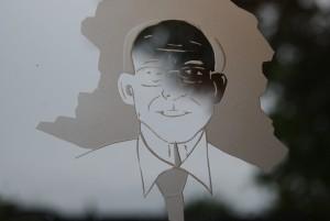 Portret in glas gegraveerd