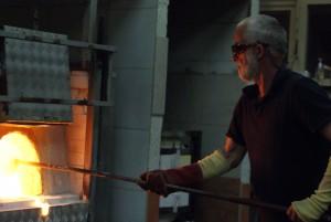 Plukken van vloeibaar glas uit oven